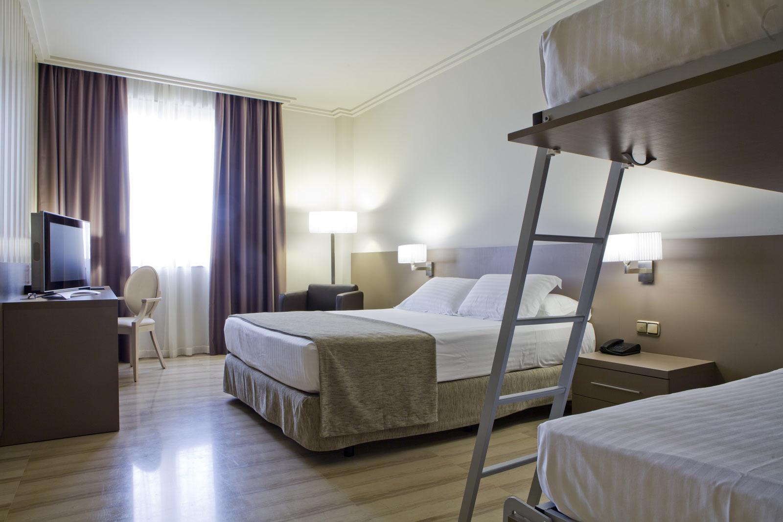 Habitacion cu druple tarragona hotel ciutat de tarragona for Habitacion cuadruple